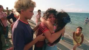 Мать прощается с дочкой перед отъездом в Майами.