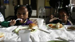 Niños comiendo pavo