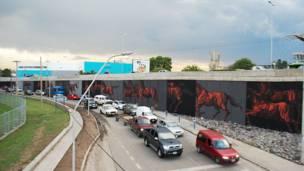 Mural del grafitero argentino JAZ, se ven caballos en una autopistas