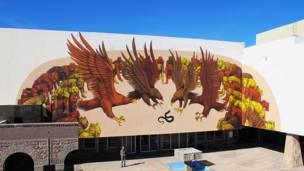 Mural del grafitero argentino JAZ, se ve un grupo de águilas