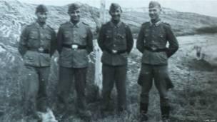 Soldados alemanes posando. Fotografía: Clare Hunt.