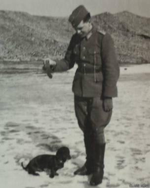 Soldado alemán con un perro. Fotografía: Clare Hunt.