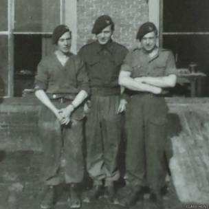 Arthur Thompson (centro) posando con dos compañeros soldados. Fotografía: Clare Hunt.