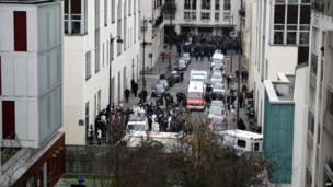 Na cena podem ser vistos policiais, peritos e bombeiros, nos arredores da sede da revista Charlie Hebdo em Paris. Foto: AFP