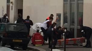 Полицейские и пожарные перед входом в здание редакции