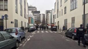 Полицейские и пожарные на улице, где расположена редакция