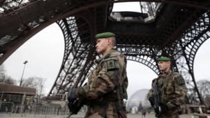 Французские солдаты патрулируют территорию у Эйфелевой башни