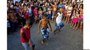 Meninos dançando passinho na Baixa do Sapateiro, no Complexo da Maré. Rio de Janeiro, 2013. Francisco Valdean