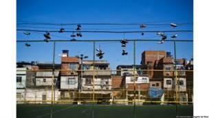 Despedida no campo da Paty, Nova Holanda, Complexo da Maré. Rio de Janeiro, 2012.Gê Vasconcelos