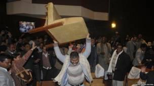 एक नेपाली राजनेता काठमाँडू में संविधान सभा के अंदर कुर्सी तोड़ कर अपना गुस्सा ज़ाहिर करते हुए.