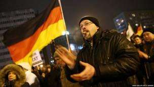 जर्मनी में इस्लाम विरोधी पेगिडा समूह से जुड़े लोगों ने बर्लिन में एक रैली निकाली. अधिकारीयों का कहना है की पेगिडा विरोधी रैलियों में ज़्यादा बड़ी तादाद में लोग भाग ले रहे हैं