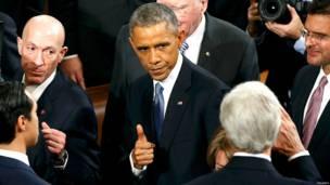 वाशिंगटन में अमरीकी राष्ट्रपति बराक ओबामा विदेश मंत्री जॉन कैरी की तरफ़ 'थम्ब्स अप'  करते हुए. बुधवार को ओबामा ने संसद को संबोधित किया था और देश के लिए एक नया आर्थिक एजेंडा सामने रखा था.