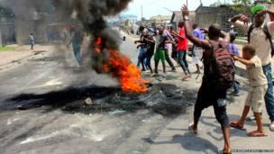 कांगों में प्रदर्शनकारी राष्ट्रपति जोसेफ़ कबीला  के ख़िलाफ़ राजधानी किंशासा में प्रदर्शन करते हुए