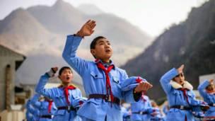 चीन में बेचुआन आर्मी स्कूल में बच्चे राष्ट्रगान गाते हुए