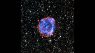 SNR E0519-69.0. X-ray: NASA/CXC/Rutgers/J.Hughes; Optical: NASA/STScI