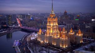 Fotógrafo coloca câmera em equipamento não tripulado para clicar momumentos da capital russa.