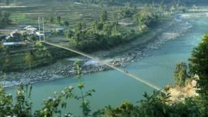 Новый подвесной мост сделал жизнь фермеров намного легче