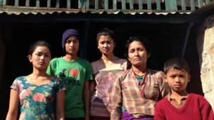 Сан Нани Гейр с детьми, деревня Гялчок, Гокха