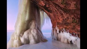 Покрытые льдом пещеры на озере Верхнее в штате Висконсин