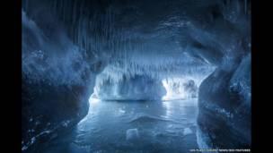 Сосульки свисают со свода пещеры на озере Верхнее