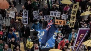 """香港示威者举起""""香港建国""""标语(1/2/2015)"""