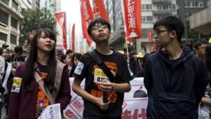 学民思潮成员周庭(左)、黄之锋(中)与黎汶洛(右)(1/2/2015)