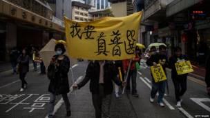 """示威者举起""""我要真普选""""标语(1/2/2015)"""