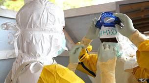 Trabajadores de la salud con los trajes protectores contra el ébola