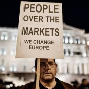 ग्रीस में नई सरकार के समर्थन में संसद के बाहर प्रदर्शन