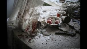 दोनेत्सक, यूक्रेन, घर की रसोई में बिखरी चीज़ें