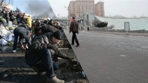 Люди собирают брусчатку на ул.Институтской