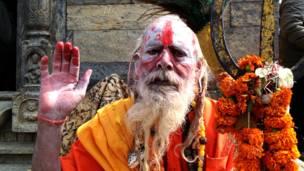 त्रिशुल बोकेका एक भारतीय साधु