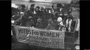 женщины с плакатом в Нью-Йорке