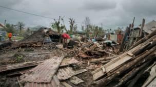 سكان محليون يمرون عبر ركام الأبنية في بورت فيلا، بعد أن ضرب إعصار بام الأرخبيل الواقع في جنوب المحيط الهادي، يوم الأحد، 15 مارس/آذار 2015 ز وكالة فرانس برس