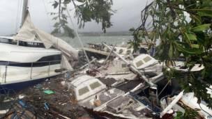 """صورة التقطت بوساطة """"كير استراليا"""" في 14 مارس/آذار2015 وتظهر حجم الخسائر التي لحقت بالزوارق بسبب إعصار بام في فانواتو. وكالة فرانس بريس"""