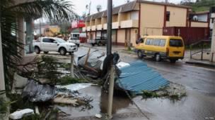 الحطام مبعثر في شارع على مقربة من أبنية تعرضت للدمار في بورت فيلا، عاصمة فانواتو، 14 مارس/آذار 2015. رويترز