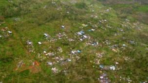 """صورة التقطت في 15 مارس/آذار 2015 بواسطة """"كير استراليا"""" وهي صورة جوية تظهر الخسائر الناجمة عن إعصار بام في مناطق على مشارف العاصمة بورت فيلا . وكالة فرانس برس"""