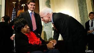 John McCain saludando a Dorothy Cross