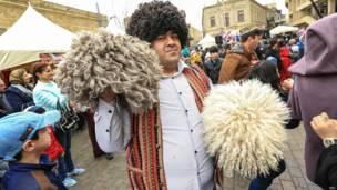 Мужчина с традиционными пастушьими шапками