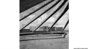 Oscar Niemeyer. Catedral em construção, Brasilia, Brasil. Fotógrafo desconhecido. Arquivo Publico do Distrito Federal