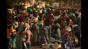 Mercado ocorre uma vez por semana em um pequeno vilarejo no interior de Dogon Country, Mali © Uruma Takezawa