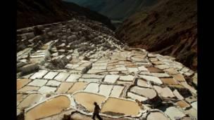 Tanques de evaporação de sal em montanhas dos Andes em Maras, no Peru. © Uruma Takezawa