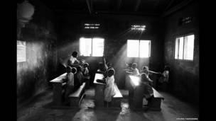 Sala de aula em orfanato no condado de Kakuto, em Uganda  © Uruma Takezawa