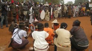 Hoton 'yan kabilar Mbum lokacin da suke wani shiri.