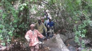 Hoton 'yan kabilar Mbum lokacin da suke hawa tsauni.