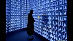 जापान के बानशोजी टेंपल में पूजा करता एक भिक्षु, नोरिको हयाशी