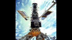 Steven L. Smith ve John M. Grunsfeld adlarındaki astronotlar 1999'daki bakım çalışmaları sırasında aracın dışında görüntülendi.