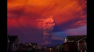 پیورٹو مانٹ کے شہر کے پاس کیلبوکو آتش فشاں دکھائی دے رہا ہے کو سانتیاگو دا چلی کے 1000 کلو میٹر کے فاصلے پر ہے۔