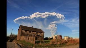 پیورٹو مانٹ کے شہر سے کیلبوکو آتش فشاں سے خارج ہونے والا دھواں اور راکھ عروج کرتے ہوئے دکھائی دے رہی ہے۔