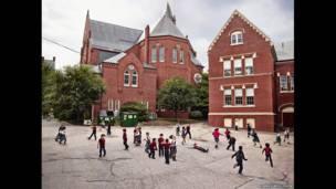 Na série 'Playground', James Mollison explora diferenças e semelhanças em várias escolas